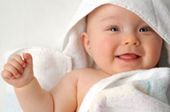 bebé apunto de darse un baño