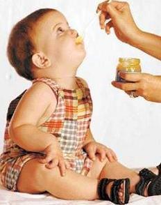 bebé tomando potito