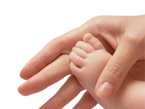 El hongo entre los dedos de los pies que hacer